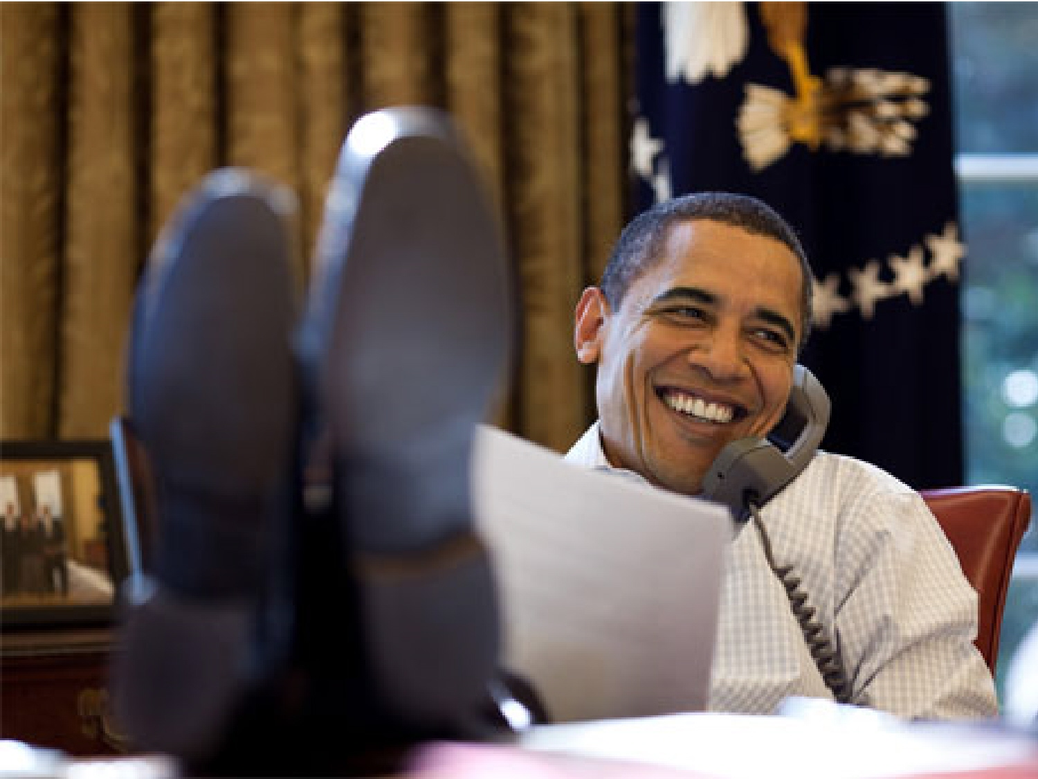 obama-feet-on-desk-21